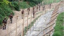 গ্রাম ছাড়ছেন পাক-ভারত সীমান্তের বাসিন্দারা