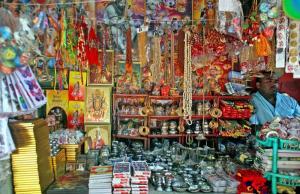 দূর্গাপুজাকে সামনে রেখে বিভিন্ন পণ্যের পসরা বসিয়েছেন ব্যবসায়ীরা। ছবি- বিবার্তা২৪.নেট