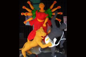 দুর্গাপূজাকে সামনে রেখে মন্দিরে মন্দিরে চলছে প্রতিমা তৈরির প্রস্তুতি। ছবি- বিবার্তা২৪.নেট